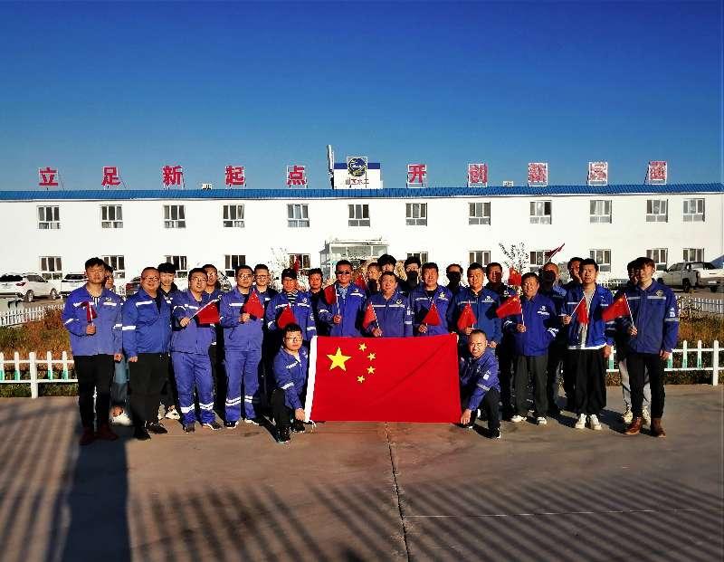 新疆项目部举行升国旗仪式    欢度两节